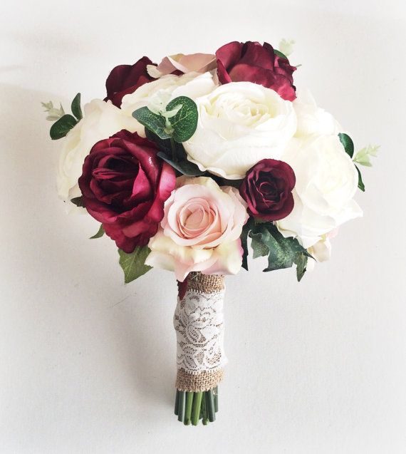 Nếu bạn đang phân không biết nên chọn mẫu hoa cầm tay cô dâu nào vừa đẹp lại vừa không bao giờ lỗi mốt thì hãy tham khảo 5 mẫu hoa luôn được các cô dâu mọi thời đại yêu thích nhất ngay sau đây!