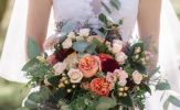 Cập nhật 5 mẫu hoa cầm tay cô dâu được yêu thích nhất và không bao giờ lỗi mốt
